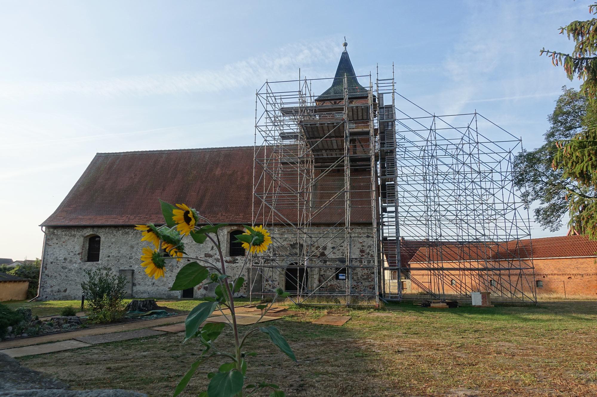 Dorfkirche Berge von außen mit Gerüst