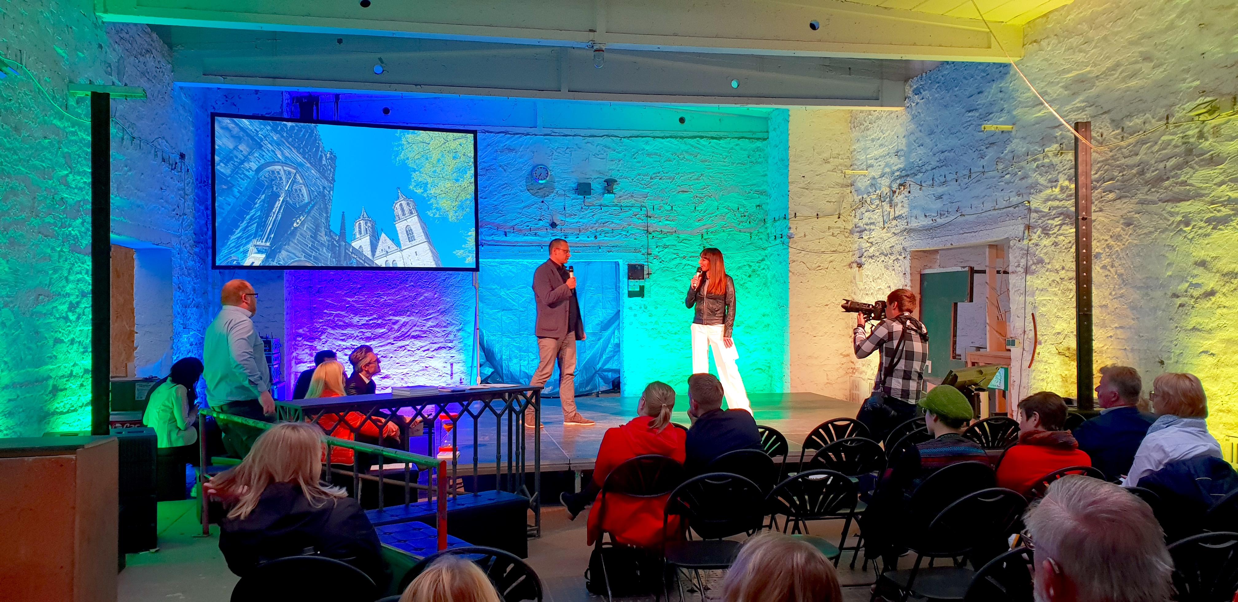 Carsten Sußmann auf der Bühne beim 9. KreativSalon Magdeburg